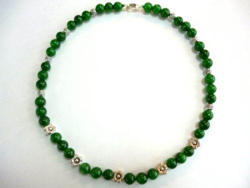 Jade necklace with flower motif